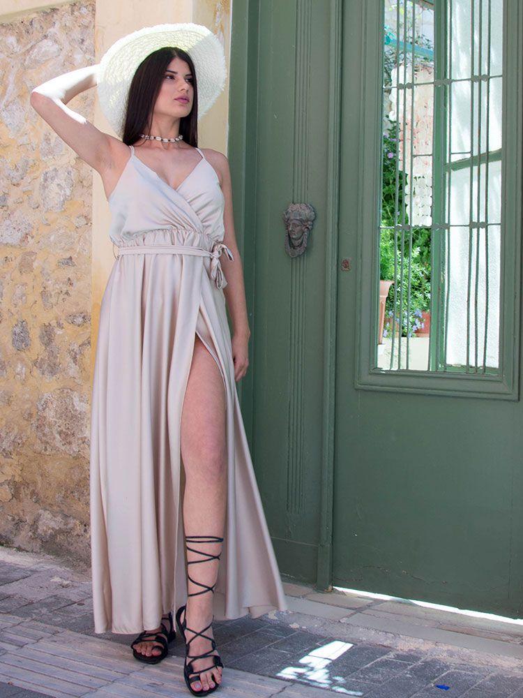 Σατέν φόρεμα μπεζ κρουαζέ με τιράντα και σκίσιμο